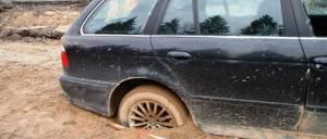 Машина буксует в грязи