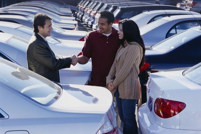 Стоит ли покупать б/у авто в автосалоне? Особенности покупки и подводные  камни